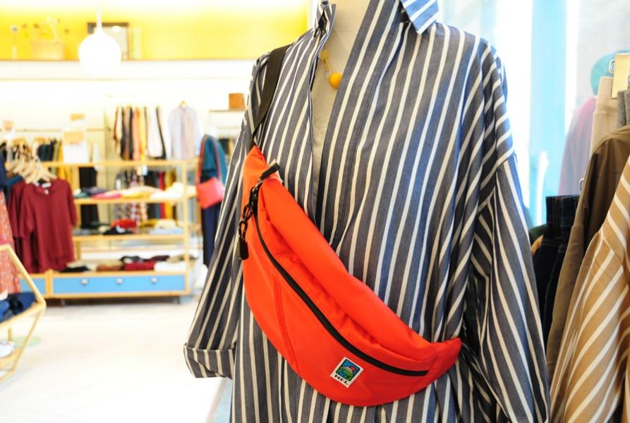 95e793db5248 コーディネートのアクセントになるバッグは、今大人気のショルダータイプの小型バッグ。アウトドアブランド「MEI」のもの。スポーティな素材で、軽量性と耐久性に優れ  ...